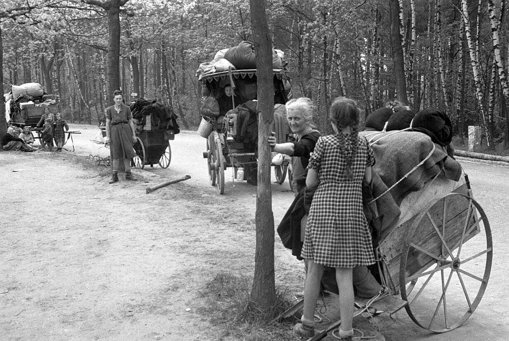 German-old-women-children-flee-west-1945